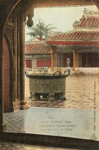 Annam - Hué - Une urne en Bronze sculpté dans une cour du Palais